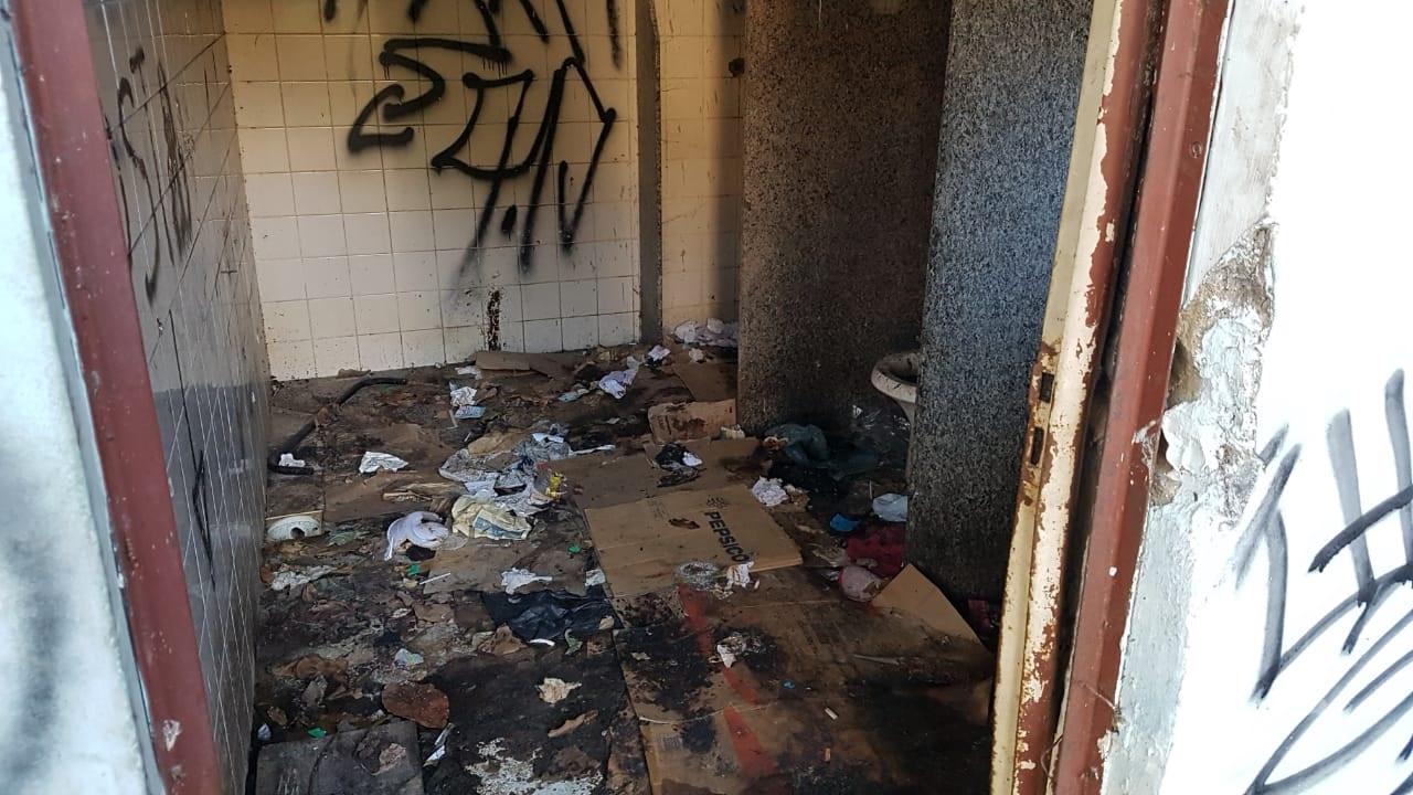 Pichações e muito lixo no banheiro (Fotos: Alerrandre Barros)