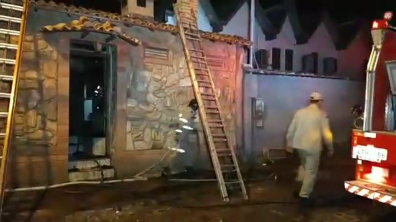 A casa incendiada, na Rua Felipe Camarão (Reprodução de vídeo Blitz News)