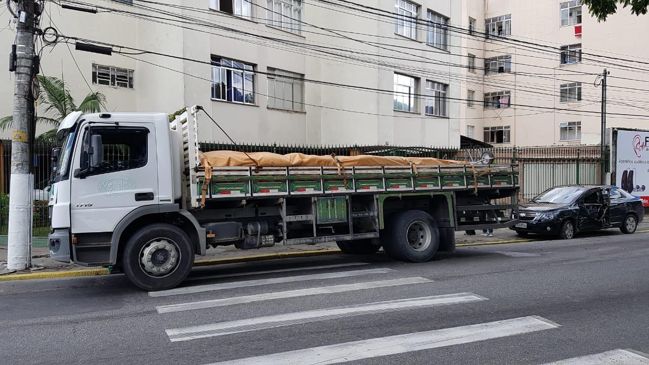 O caminhão e um dos carros envolvidos no acidente (Foto: Alerrandre Barros)