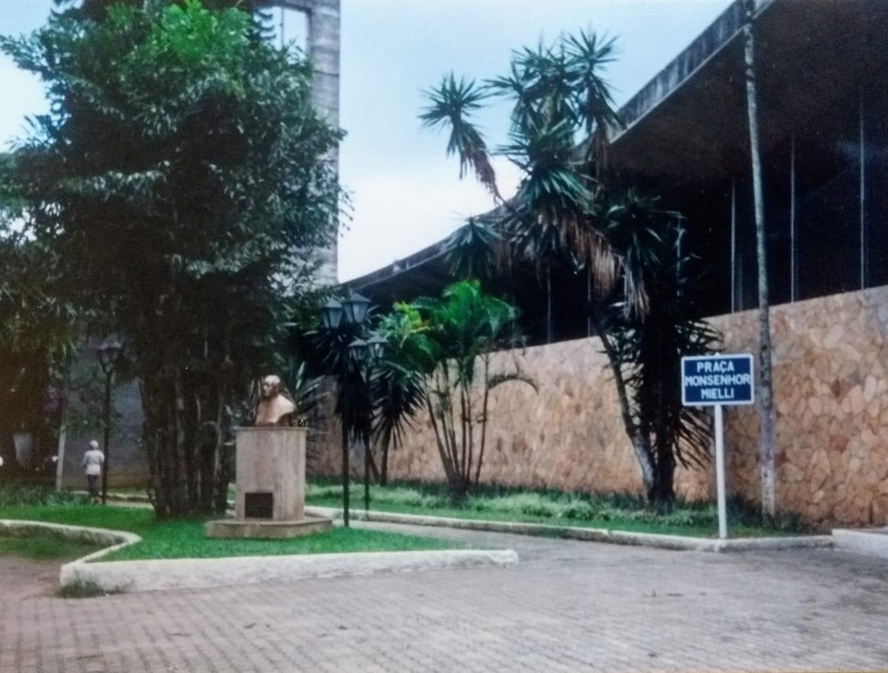 A placa que havia na Praça Monsenhor Mielli, inexplicavelmente retirada