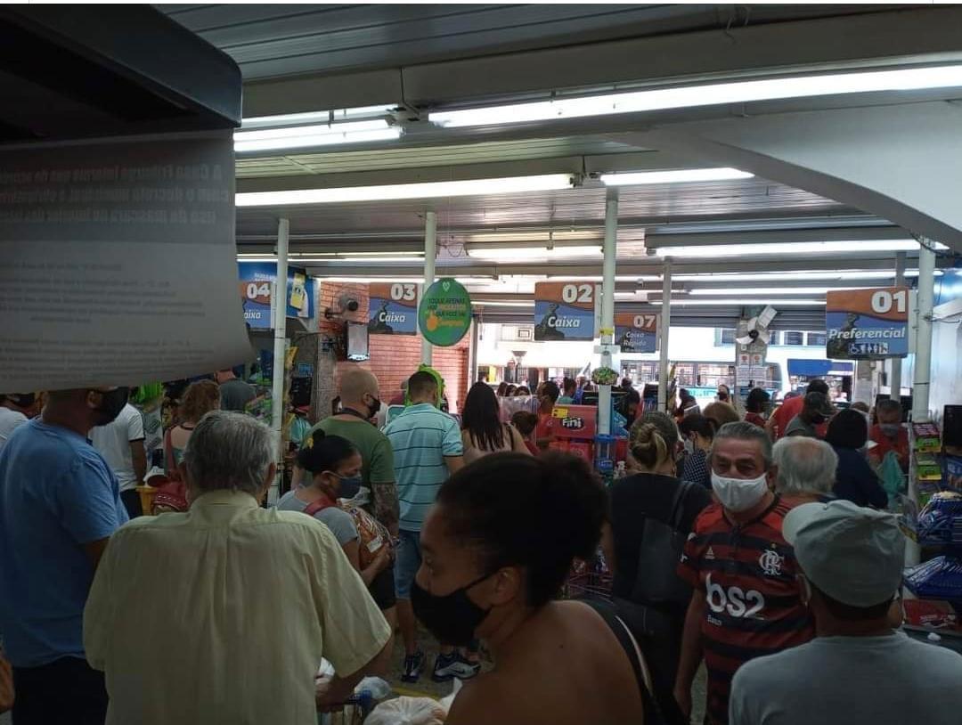 Aglomeração em um dos mercados da cidade (Fotos: Leitor)