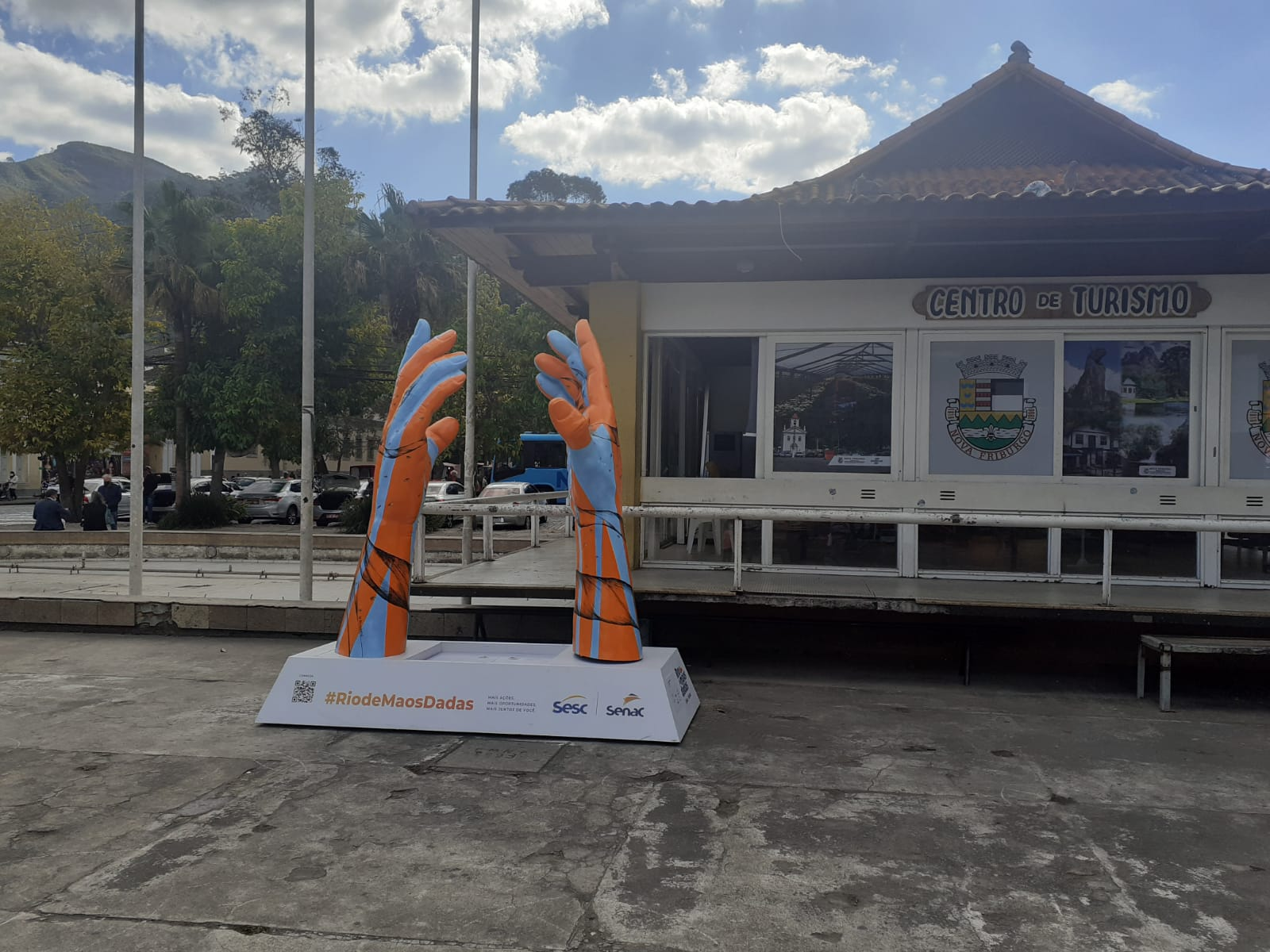 Friburgo recebe escultura do movimento Rio de Mãos Dadas