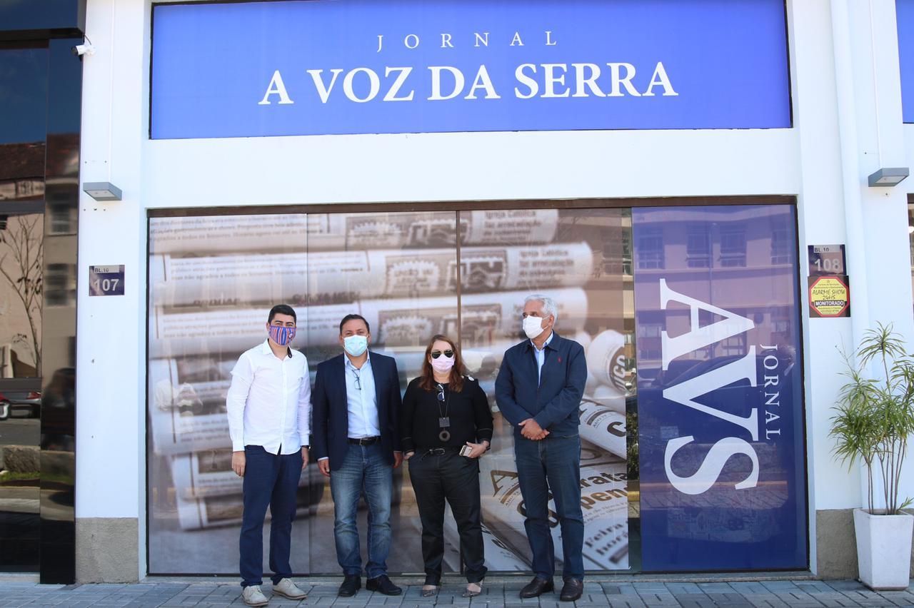 Rodrigo Neves (ao centro, com Adriana Ventura) entre Wanderson Nogueira e Comte Bittencourt na nova sede do AVS (Fotos: Rodrigo Martins)