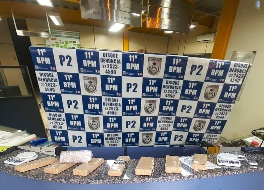 Os tabletes de maconha apreendidos em Olaria (Foto: 11 BPM)