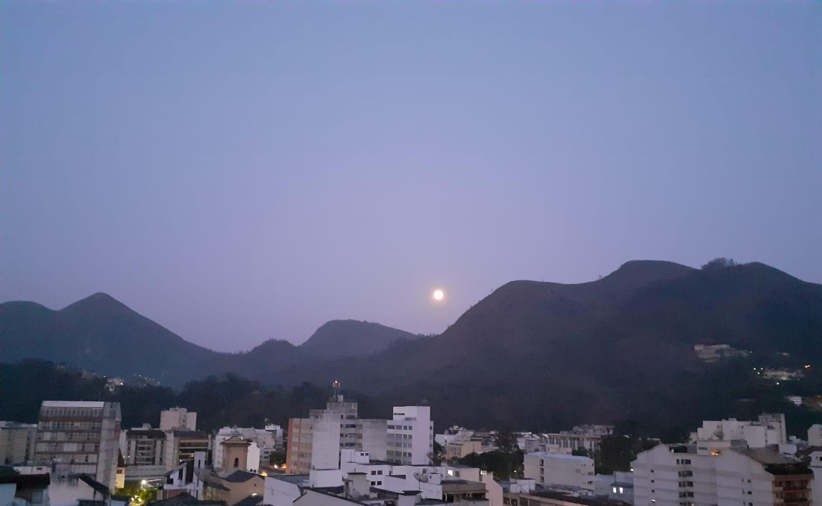 Lua cheia se pondo ao nascer do sol nesta terça (Foto: Adriana Oliveira)