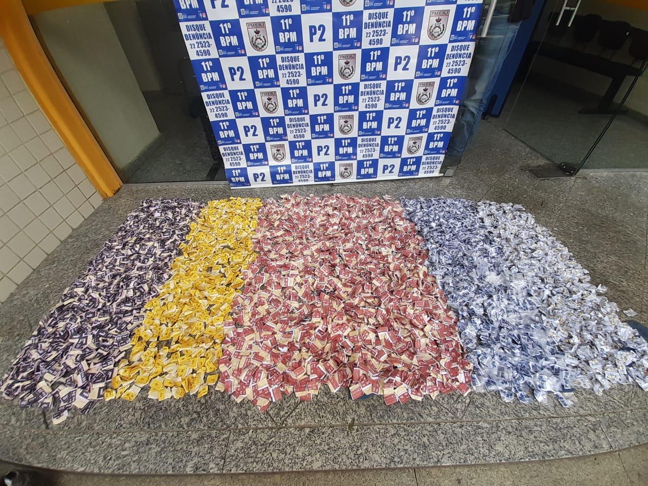 A droga apreendida no Alto de Olaria (Foto: 11 BPM)