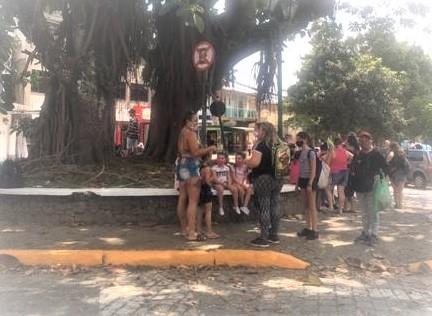 Fila de doce na Praça do Cônego nesta segunda (Foto AVS)
