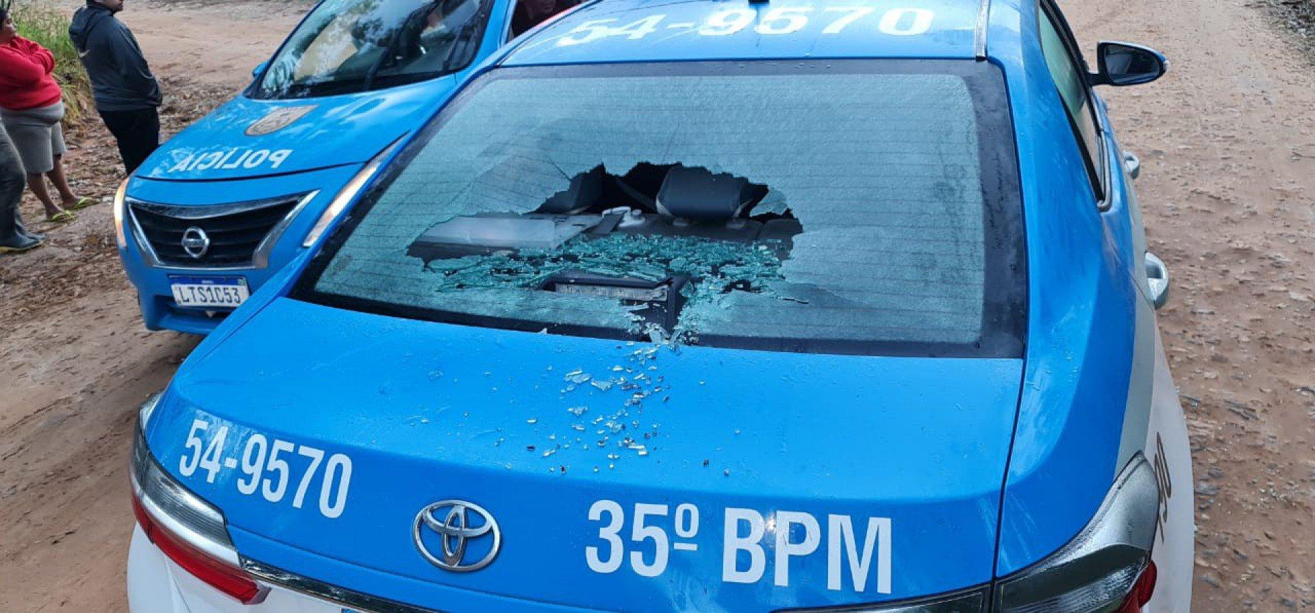 Carro da PM com o vidro estilhaçado pelos criminosos (Fotos: O Dia)