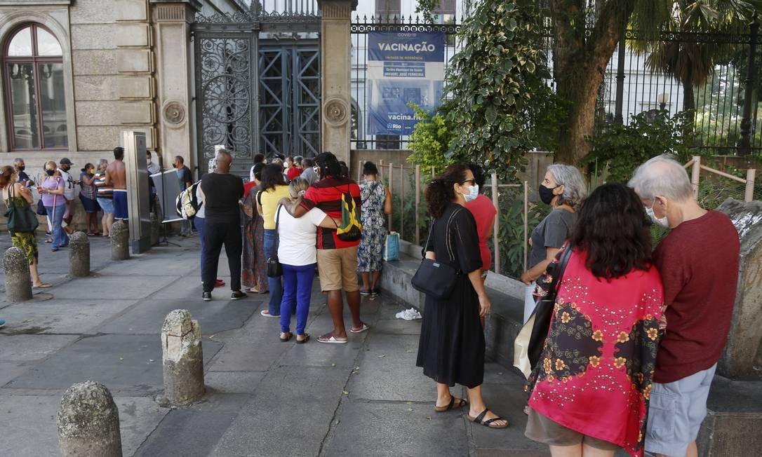 Fila da repescagem da vacina da Covid  no Rio (Foto: O Globo)