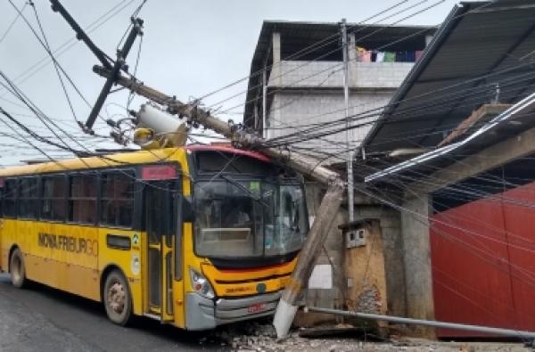 Ônibus colide contra poste em São Geraldo - A Voz da Serra