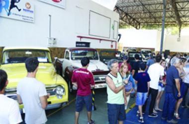 Encontro de carros antigos no Country Clube