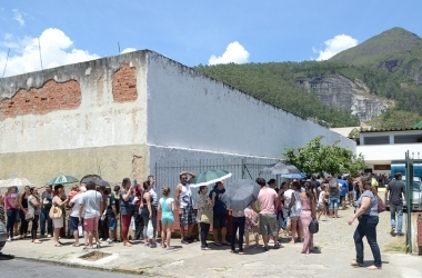 A fila sob o sol no posto de Olaria (Fotos: Henrique Pinheiro)