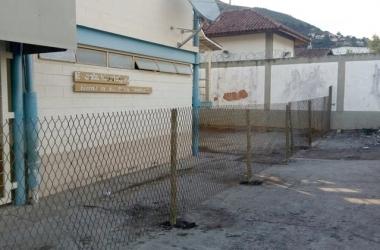 A cerca está enferrujada e tem pontas que podem ferir os alunos (Foto: Leitor via WhatsApp)