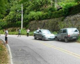 Carros colidiram depois que pneu estourou (Fotos: Leitor via WhatsApp)
