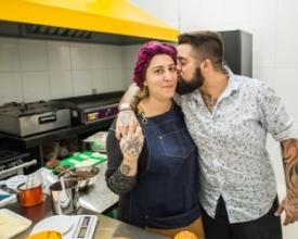 Jaqueline e Victor Scavarda na cozinha que os uniu (Foto: Carlos Mafort)