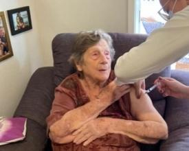 Dona Maria Eugenia Celles, de 97 anos, é vacinada em casa, em Bom Jardim