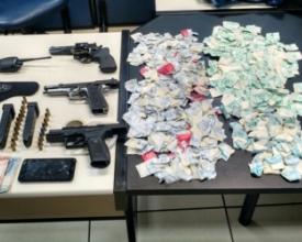 Armas e drogas apreendidas em operação na Rua Xingu