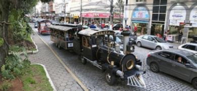 Trem do Samba anima as ruas de Nova Friburgo