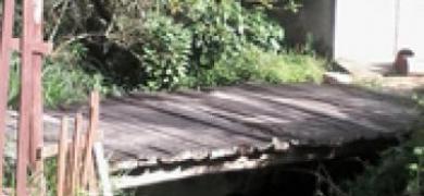 Ponte de madeira preocupa moradores do Debossan