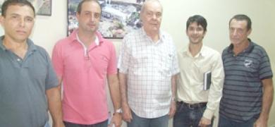 Prefeito Carmod visitou instalações da cooperativa de Macuco